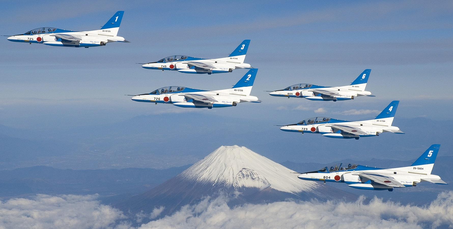 富士山上空のブルーインパルス