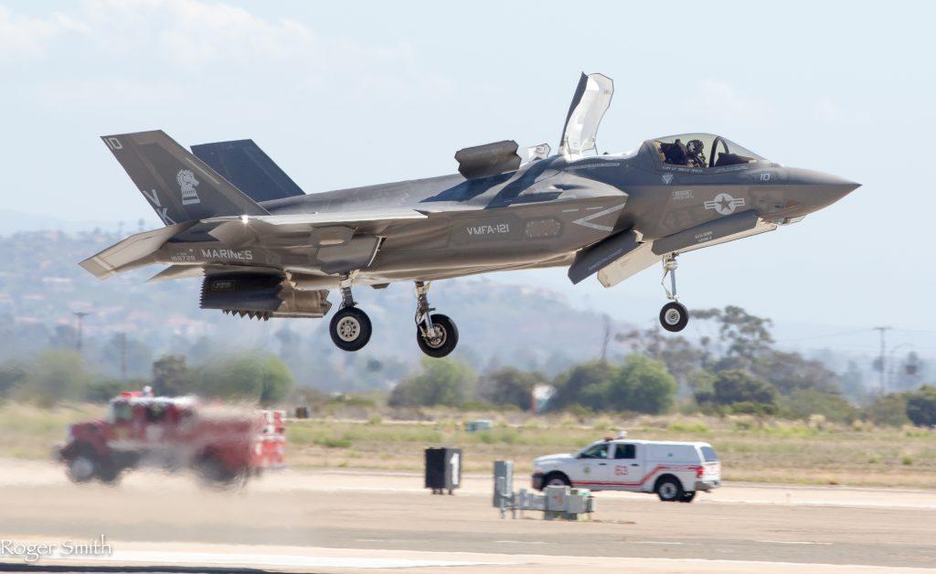 垂直着陸中のF-35B